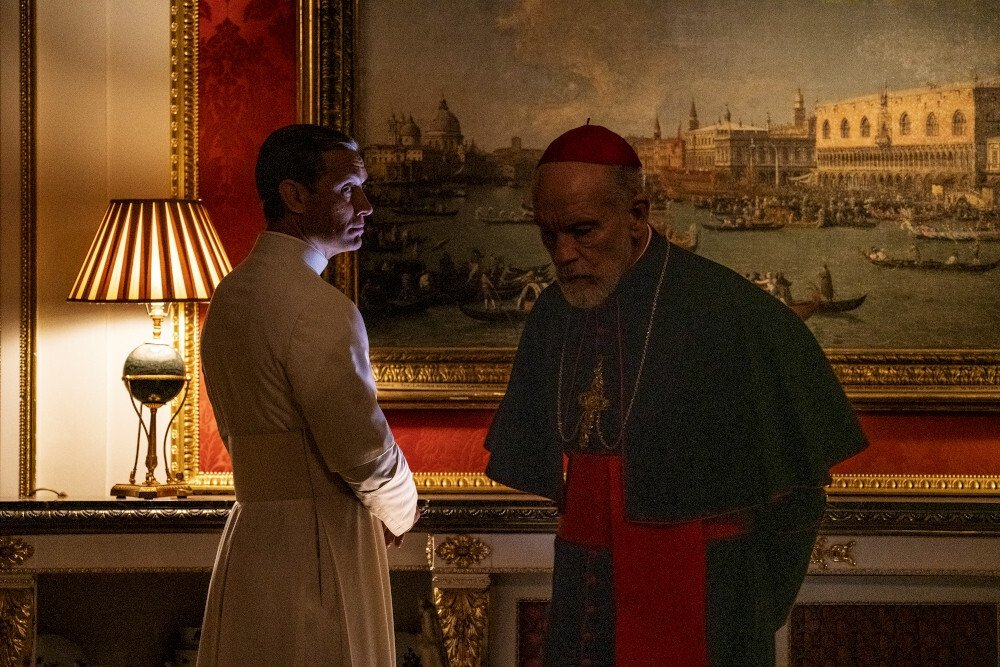 The New Pope_From left Jude Law & John Malkovich_photo by Gianni Fiorito_@WildsideSky ItaliaHaut et Court TVHome Box Office, inc.Mediapro-1000